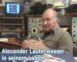 Alexander lauterwasser in seinem Labor. Aus der DVD von Alexander Lauterwasser
